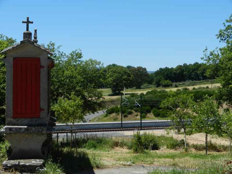 Rencontre de l'ancien et du moderne: hórreo et voie ferrée à grande vitesse en Galice - © Jacques Dubucq