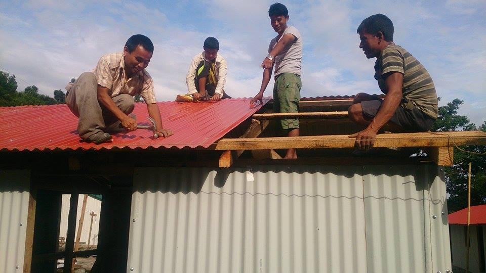 LI aout 2015 Nepal installation des toles toit et murs